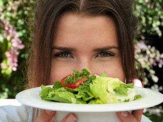 Frau Salat essen