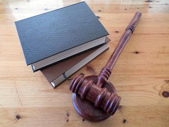 Gesetze Bücher Hammer