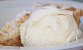 Süßspeise mit Vanilleeis