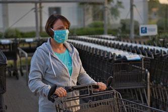 Frau Maske Einkauf Supermarkt