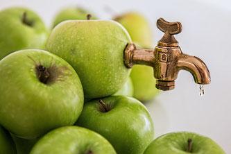 Grüne Äpfel mit Hahn
