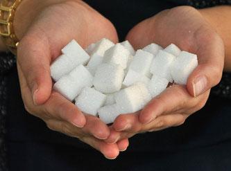 Zuckerwürfel in der Hand