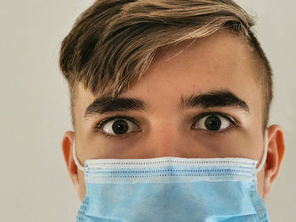 Mundschutz junger Mann