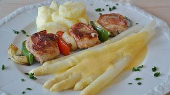Spargel Sauce Hollandaise Spieß Kartoffel Teller essen