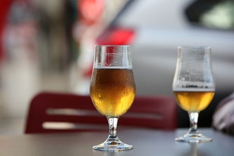 2 Gläser mit Bier am Tisch