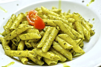 Nudel Pesto grün Tomaten Teller