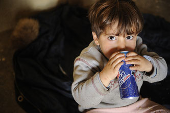 Kind trinkt sußes Getränk
