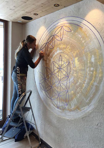Xl-Bild Blume des Lebens gemalt als Wandmalerei im Erlebnisort Gassenhof Ridnaun
