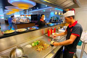 chinesische Küche am Grill mit heisser Stahlplatte