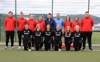 Die Frauenmannschaft präsentiert stolz ihre neuen Trainingsanzüge und T-Shirts.