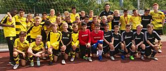 Die D1-Junioren mit der U13 von Borussia Dortmund.