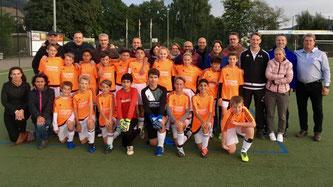 Aufstellen zum Gruppenbild: Mannschaft und Eltern beim Auswärtsspiel in Rheinbrohl.