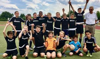 Die D1-Junioren freuen sich über den Turniersieg in Linz.