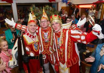 Das neue Kripper Dreigestirn: Prinz Axel I. (Blumenstein), Bauer Jörg (Klapdohr) und Jungfrau Andrea(s) (Beyer).