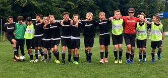 Die D1-Junioren bejubeln ihren Auswärtssieg in Metternich.