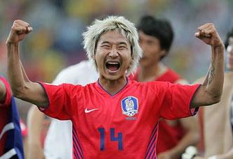 Lee Chun-soo con su selección. Foto: Daily Mail.