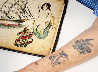 Gealtertes Warlich-Tattoo aus Vorlagealbum