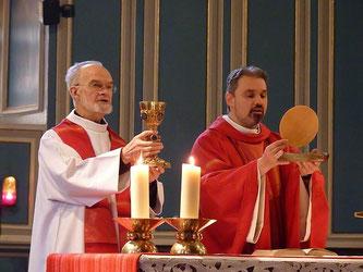 P. François Diverres, avec le P. Tanneguy, lors de la messe des Rameaux à l'église de St Matthieu (13/04/2014-Morlaix)
