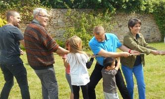 Toutes les générations unies dans la même énergie joyeuse, sur la pelouse du jardin du presbytère de Plougasnou !