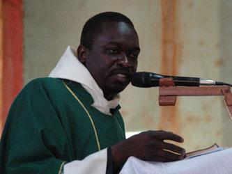 Michel N'Do, lors de la célébration  eucharistique avec sacrement des malades à l'église de Bonyolo, en février 2017