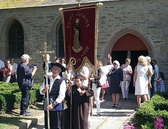 Sortie de la procession, avec en tête la croix processionnelle, portée par Bernard, en costume traditionnel (sur mesure, mar plij !!!). Il est suivi de 2 enfants, qui représentent St Jacques et St Kiriec, respectivement en costume de pélerin et d'évêque.