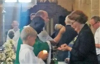 Dans une église comble (plus de 250 personnes), célébration de l'eucharistie à Locquirec le 22/07, avec le père Yves Tano.