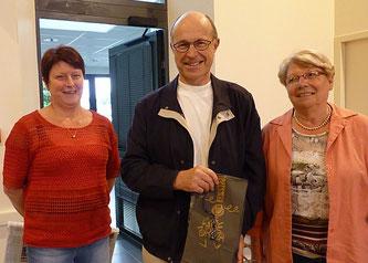 Christiane Guyader et Anne-Marie Moal ont remis au nom de l'EAP et de toute la paroisse un souvenir à Michel en remerciement de ces 17 années de services rendus.