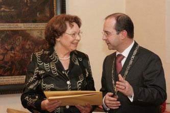 Die Vorsitzende der Nachbarschaftshilfe Dorfen, Hilde Mittermaier, bei der Verleihung der Urkunde des Sozialpreises der Stadt durch Bürgermeister Heinz Grundner.