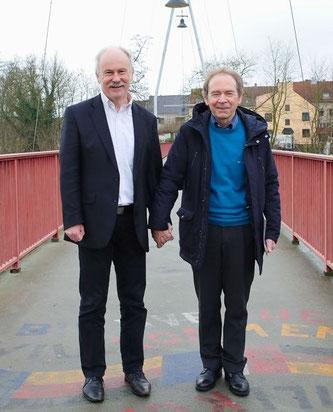 Wie einst Helmut Kohl und Francois Mitterrand halten die Bürgermeister Stephan Strichertz und Joel Niederlaender Händchen auf der Freundschaftsbrücke zwischen Groß- und Kleinblittersdorf.