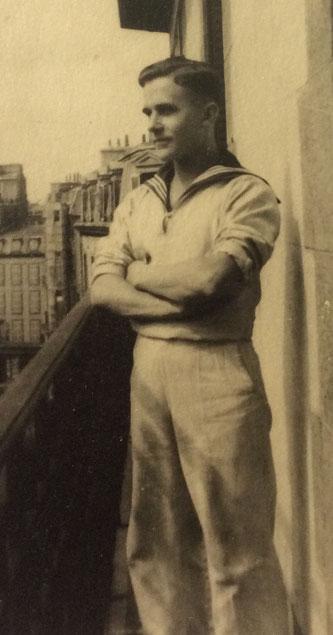 Albert Wolf auf einem Balkon in Brest.