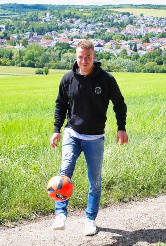Marius Schley kickt auf dem Bliesransbacher Feld.