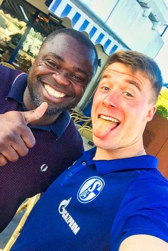 Marius (rechts) und der ehemalige Nationalspieler Gerald Asamoah. Beiden kickten für den FC Schalke 04.
