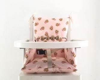 Cette image représente un coussin de chaise haute en coton enduit oeko-tex pour chaise haute de type Combelle.