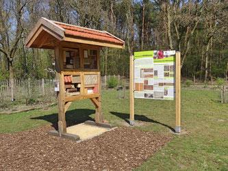Wildbienen-Nisthilfen mit Lehrtafeln gefördert durch die Niedersächsiche Bingo-Umweltstiftung (Foto: Schaad, G.)