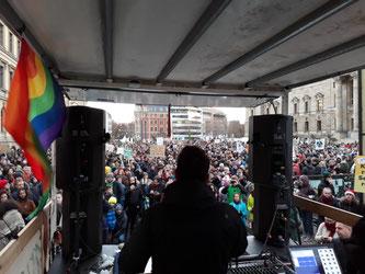 Zum Beginn der Kundgebung gab es vom Lautsprecherwagen einige kurze Reden. Foto: René Sievert