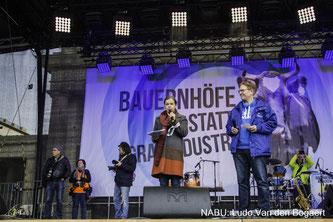 NABU-Präsident Jörg-Andreas Krüger auf der Bühne am Brandenburger Tor. Foto: Ludo Van den Bogaert