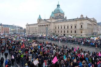 Nach der Auftaktkundgebung setzte sich der beeindruckende Demonstrationszug in Bewegung. Foto: Sebastian Willnow