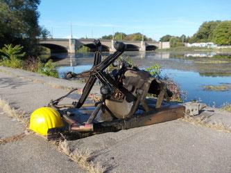 Ein Fahrradrahmen, ein Bauarbeiterhelm und ein vollständiger Bürostuhl  wurden aus dem Elsterbecken geborgen. Foto: René Sievert
