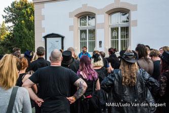 Begrüßung zum Beginn der Friedhofsexkursion. Foto: Ludo Van den Bogaert