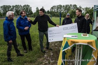 Steffen Wagner und René Sievert vom NABU Leipzig nahmen den Spendenscheck entgegen, den Dr. Stefan Fenchel (Leiter für Arbeitssicherheit, Ergonomie, Umweltschutz im BMW Group Werk Leipzig) (v.l.n.r.) für die Biotoppflege überreichte.