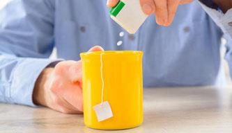 Süßstoffe sind leicht zu dosieren und viel süßer als Zucker. Den Geschmack muss man mögen – © Monika Wisniewska / Shutterstock.com