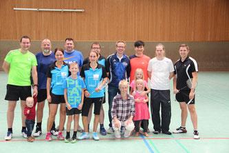 """Gruppenfoto mit """"Maskottchen"""" zum Saisonstart: Während sich die BSG Böhmetal mit zwei Siegen nach oben orientierte, geht es für den SV Hodenhagen diesmal gegen den Abstieg."""