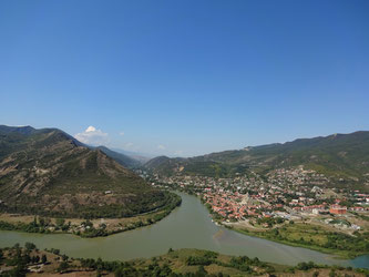 De stad Mtsketa, in de kruising van de rivieren, kijk de verschillende kleuren van het water!