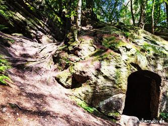 Ein Höhleneingang im Wald bei Tecklenburg.