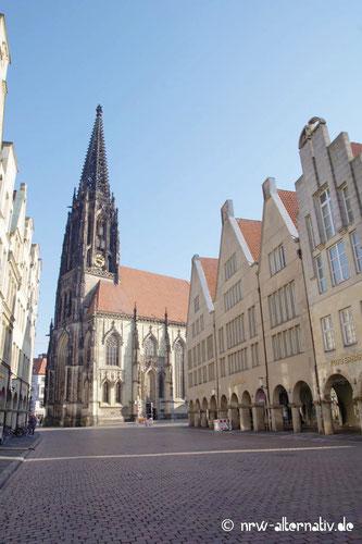 Dieses Bild zeigt Münsters Lambertikirche und den Prinzipalmarkt ohne Menschen.