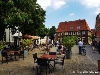 Hier sieht man Menschen auf dem Marktplatz in Telgte im Münsterland.