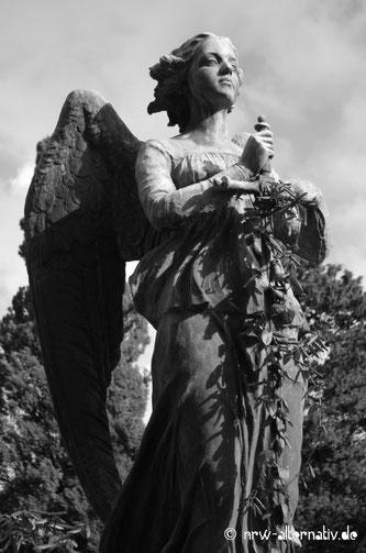 Eine Grabfigur auf dem Campo Verano in Rom.