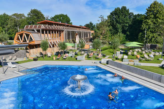 Die Börde Therme in Bad Bad Sassendorf. Im Hintergrund ist das neue Gradierwerk mit Teilen der Sauna und der Kurpark zu sehen.