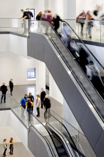 Fast wie im Kaufhaus: Per Rolltreppe geht es durch die vielen Etagen des Dortmunder U. Bild und Gestaltung: Hannes Woidich