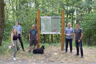 Bild vom Eisenwald-Trails-Schild in Iserlohn mit Menschen davor.